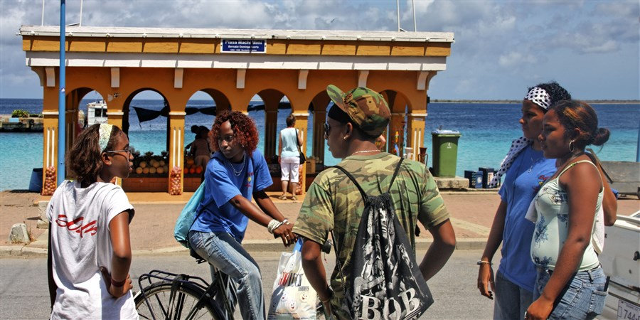 lokale kinderen met hun fietsen in kralendijk op Bonaire.