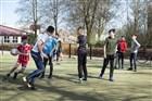 Foto spelende kinderen op een grasveldje