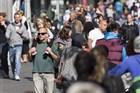 mensen lopen in het centrum van Rotterdam op de winkelstraat