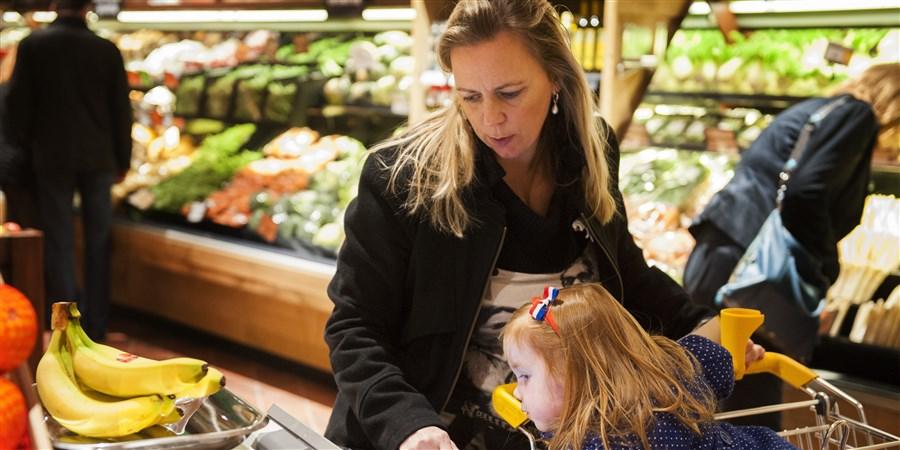 Vrouw en kind in supermarkt