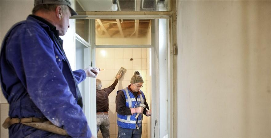 Timmermannen aan het werk in een te renoveren woning