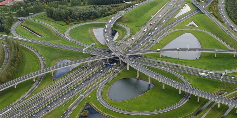 foto verkeersknooppunt A15 en A16 bij d gemeente Rotterdam