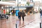 Mensen die in de stad zijn en aankopen doen