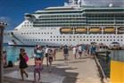 foto Passagiers lopen van en naar een cruiseboot