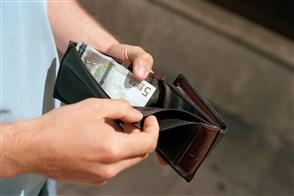 Man met bijna lege portemonnaie