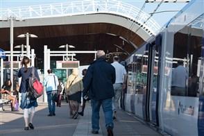 Mensen stappen uit de metro