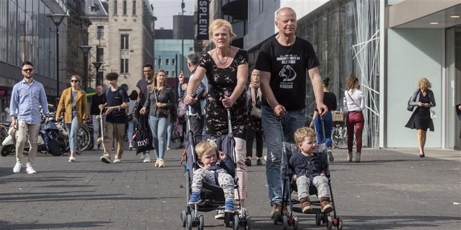 Ouder stel is op pad met kleinkinderen in centrum rotterdam