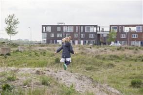 Vijfjarige speelt aan rand nieuwbouwwijk