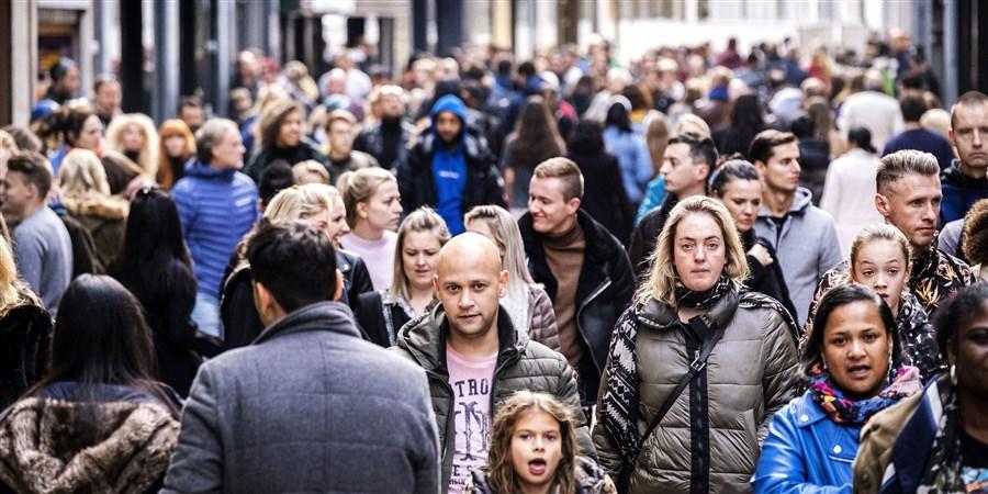 Winkelend publiek in Amsterdam