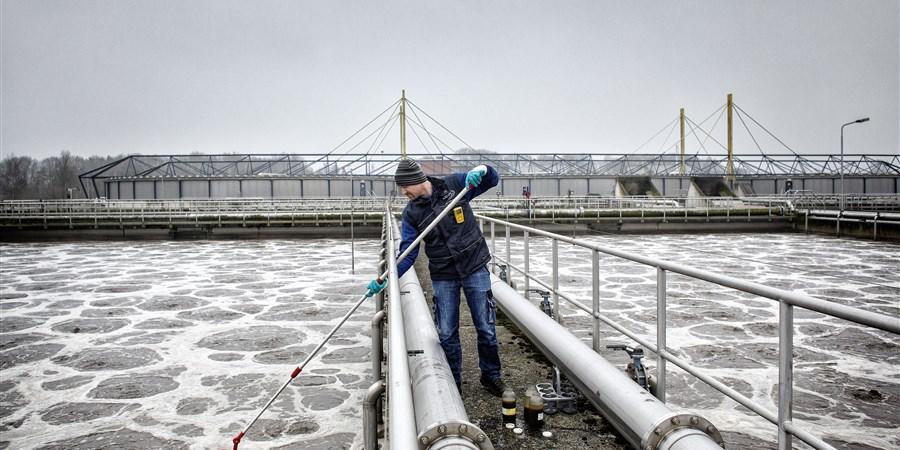 Man neemt monster in rioolwaterzuiveringsinstallatie