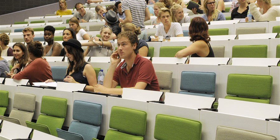 studenten zitten in collegebanken