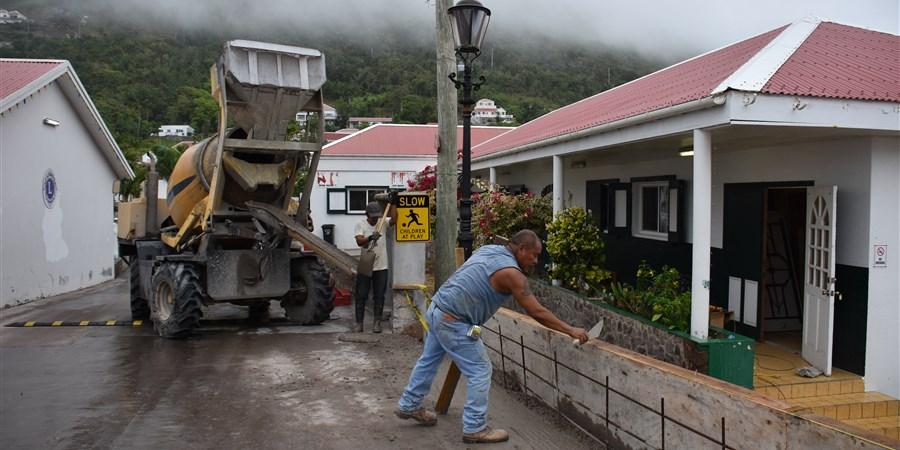 Man metselt een muurtje op Saba