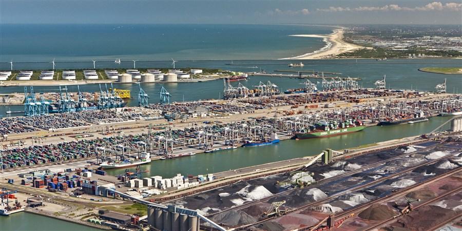 Luchtfoto van de Rotterdamse haven, olieopslag, ertsopslag, containers.