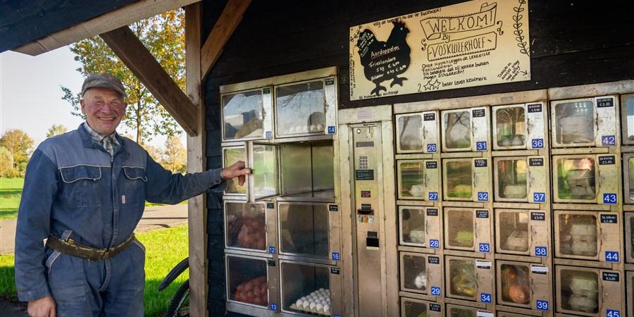 Boeren doen goede omzet dankzij corona met eigen stalletjes langs de weg voor voorbijgangers die vaker het platteland op komen. Boer G. Termaaten uit Woudenberg heeft zelfs een complete automaat staat die hij regelmatig moet aanvullen.