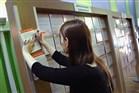 Schoolverlater maakt aantekeningen op kaartje bij UWV banenmarkt