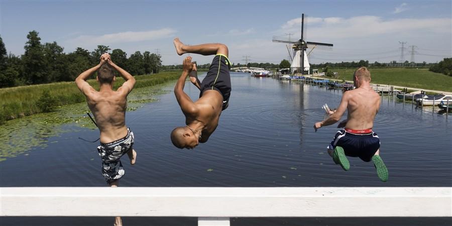 Jongens nemen duik vanaf brug in rivier