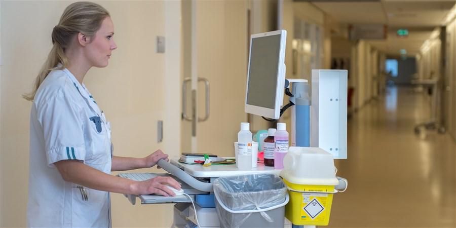 Een verpleegkundige controleert welke medicatie zij voor haar patient moet bereiden.