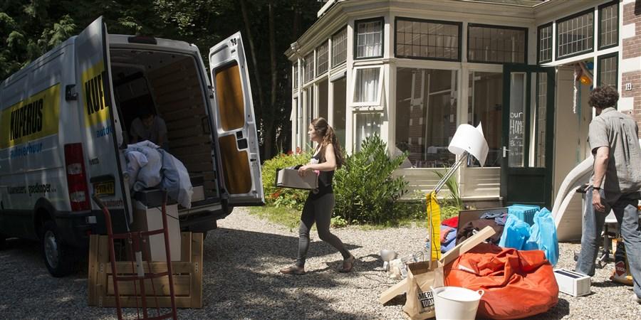 Verhuiswagen aan het laden