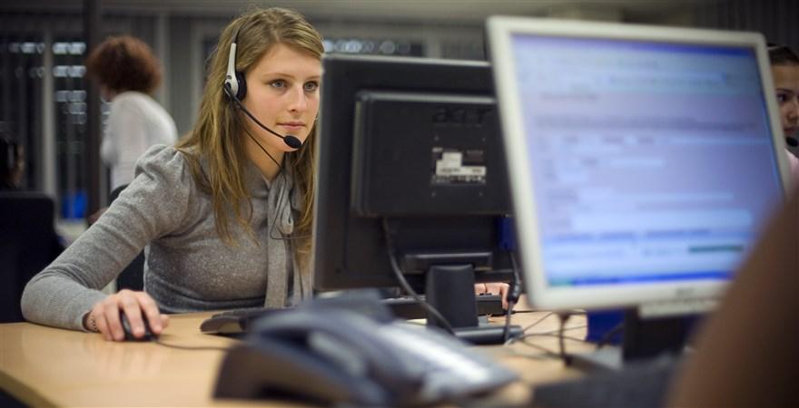 Vrouw aan het werk aan een beeldscherm