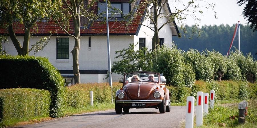 Oude mensen rijden in een cabriolet