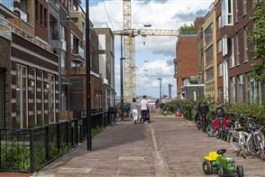 Stel wandelt tussen nieuwbouw woningen