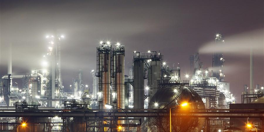 Petrochemische fabriek in de nacht