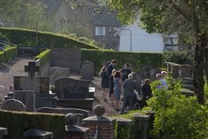 Begrafenis op een kerkhof in Zuid-Limburg. In kleine kring vanwege het coronavirus.
