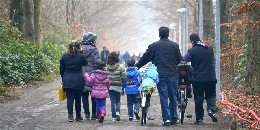 Asielzoekers wandelen in buurt asielcentrum