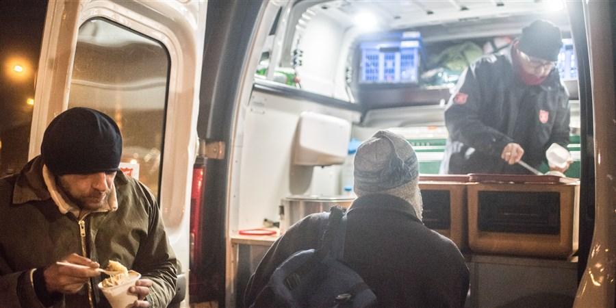 Leger Des Heilst deelt in de avond eten uit in Amsterdam aan voornamelijk daklozen en thuislozen
