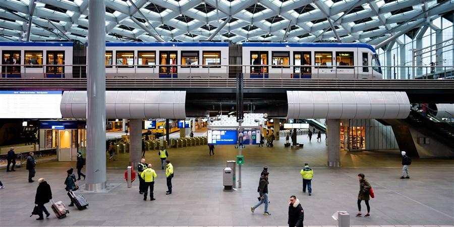Reizigers op Centraal Station Den Haag