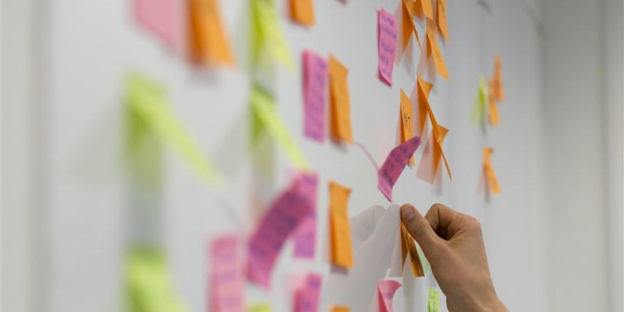 Post-its op een bord tijdens een brainstorm sessie.