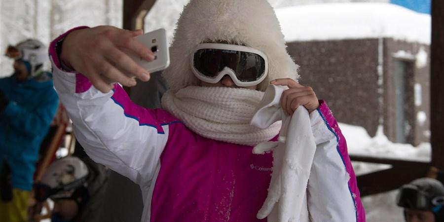 Vrouw in skikleding maakt selfie