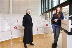 Joosje Goedhart (links) en Tessa Cramwinkel deden onderzoek aan de UvA naar eerlijke en uitlegbare algoritmen