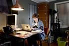 Vrouw werkt thuis in de studeerkamer aan haar laptop.