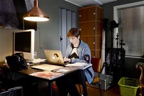Vrouw werkt thuis aan haar laptop