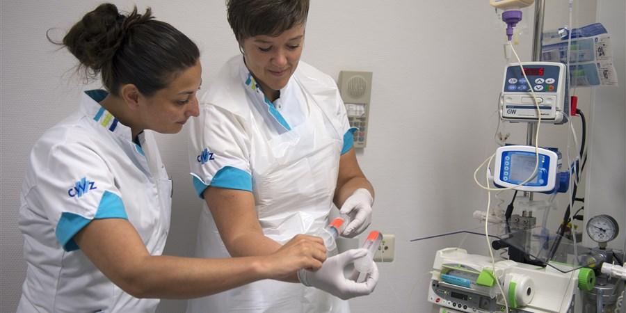Twee verpleegkundigen bezig met het controleren van medicatie