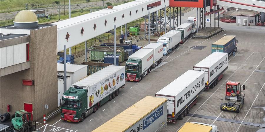 Vrachtwagens staan in de haven in de rij om aan boord te gaan van de Stena Hollandica, met bestemming Harwich in het Verenigd Koninkrijk.