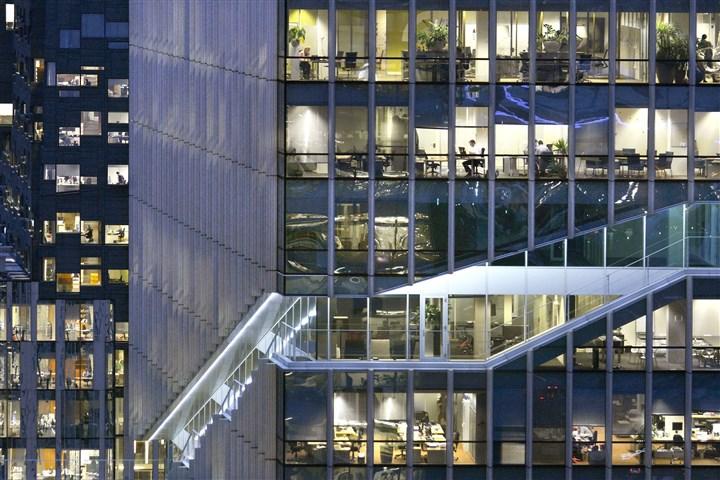 Verlicht kantoorgebouw in de avond
