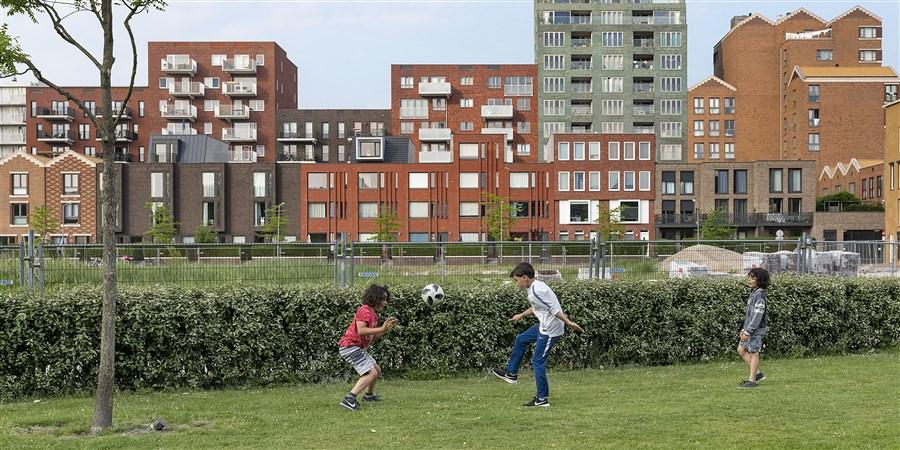 Kinderen spelen voetbal