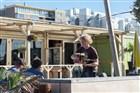 Jongeman serveert in een strandpaviljoen