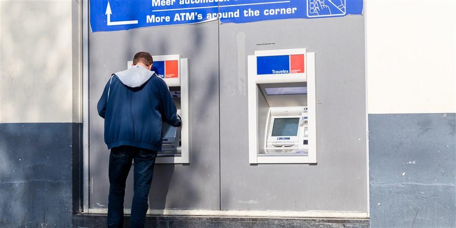foto man bij pinautomaat geld pinnen