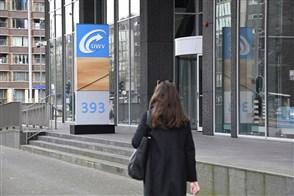 Een vrouw loopt langs het UWV-kantoor in Rotterdam