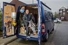 Klussende ondernemer haalt keukentrap uit bedrijfsbestelbus