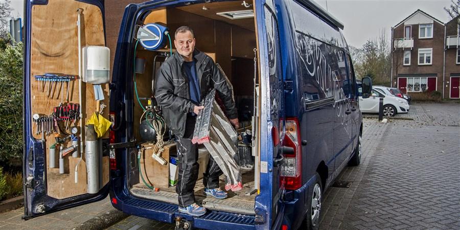 Klussende ondernemer haalt trap uit zijn bus