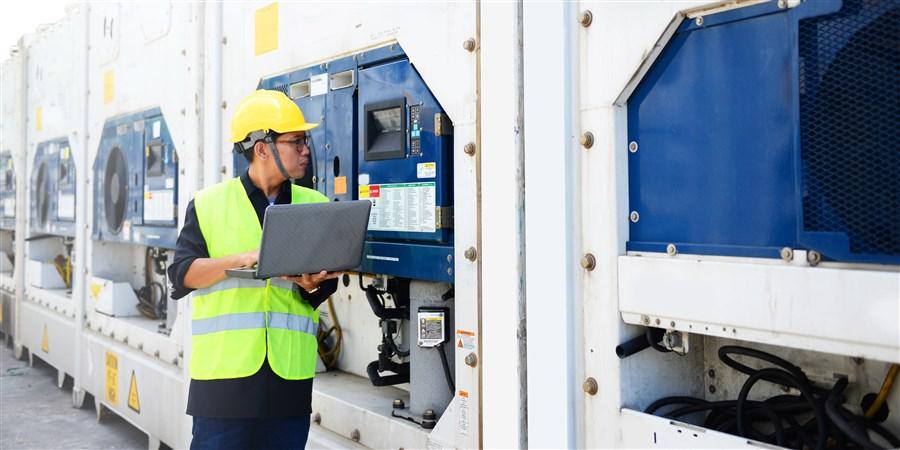 Technicus controleert koelcontainers in de haven