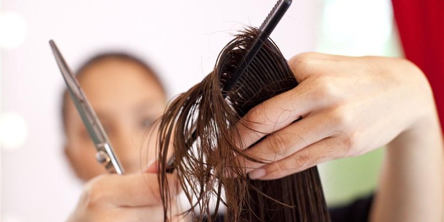 Close-up haarlok tijdens knipbeurt