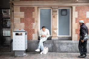 Man zit voor het station te genieten van een broodje.