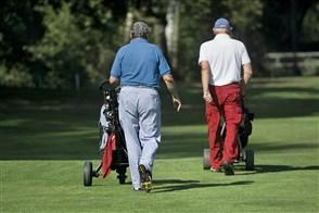 Oudere mannen op golfbaan