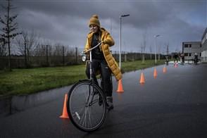 Bewoonster van een asielzoekerscomplex in Ter Apel krijgt fietsles
