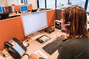 CBS-medewerkster achter een beeldscherm in Heerlen Contact Center